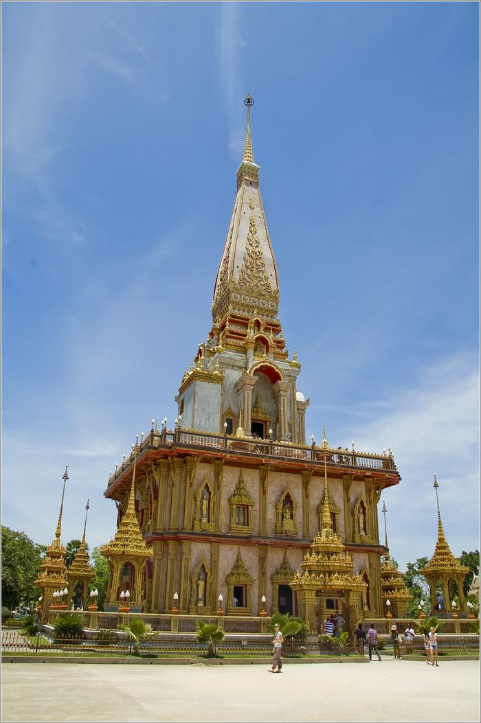 Тайланд. Пхукет. Монастырь Ват Чалонг. Чеди Пхра Махатхат